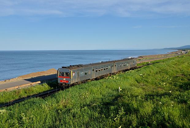 Железные и автодороги местами проходят прямо по берегу Охотского моря. Подвижной состав железных дорог острова уникален и не встречается больше нигде в России. Многие поезда закупались в Японии во времена СССР.