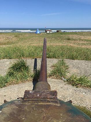 Одна из достопримечательностей восточного побережья острова — батарея башен танков Т-54 в районе поселка Стародубское. Всего на пляже установлено шесть башен: три башни от танков Т-54-2 образца 1949 года, две башни от танков Т-54-3 1951 года и одна башня от танка Т-54А 1955 года.