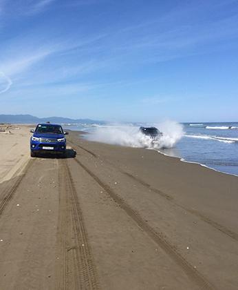 Пляжи широкие и с плотным песком, так что проехать на машине вдоль моря, а иногда по самому морю — любимое развлечение владельцев внедорожников.