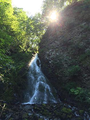 Один из многочисленных водопадов в глубине острова. Этот расположен в Углегорском районе и скрыт от проезжающих мимо машин густой растительностью.