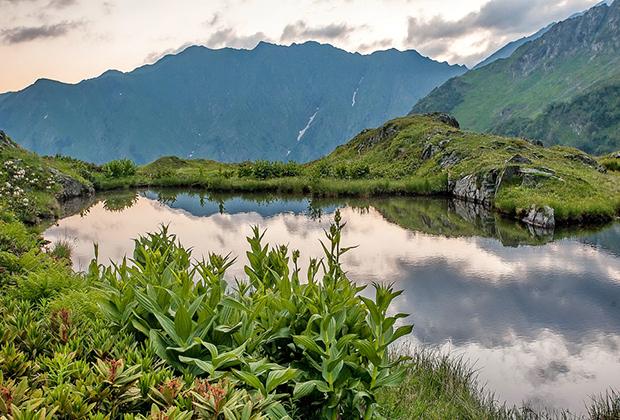 Одно из многочисленных озер в горах Сахалина. Мягкий климат и большое количество воды делают природу самой южной части острова похожей на Краснодарскую.