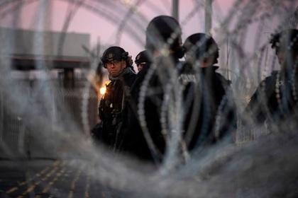Американским военным разрешили стрелять на поражение на границе США с Мексикой