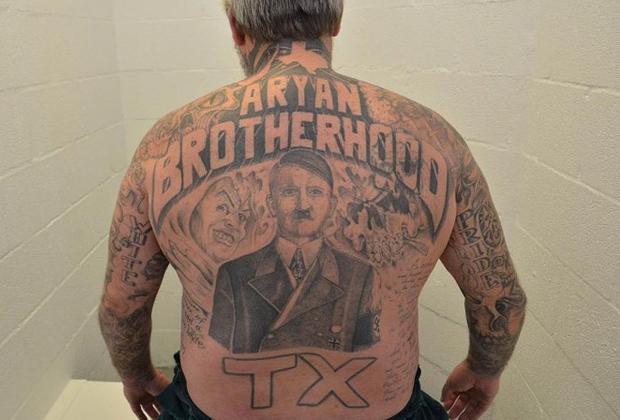 Портрет Адольфа Гитлера — стандартный сюжет татуировки члена нацистской банды