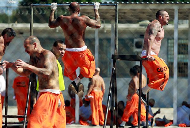 33 тюрьмы, расположенные в штате Калифорния, при постройке были рассчитаны на 80 тысяч заключенных; сейчас они вмещают более 145 тысяч человек
