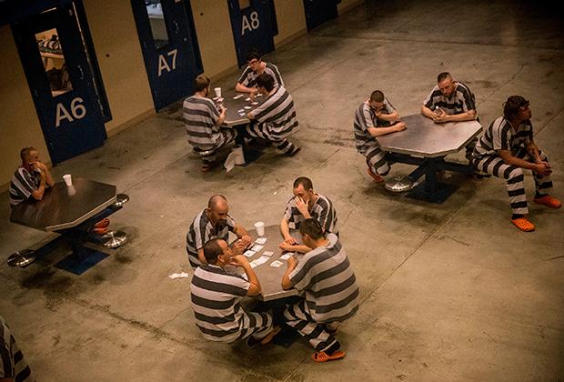 В некоторых тюрьмах робы заключенных не одноцветные, а стереотипно полосатые