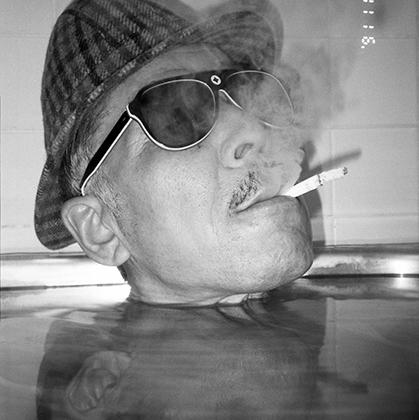 Этот снимок — из последней серии Масахисы Фукасэ, созданной до трагедии. В цикл «Пузырики» (Bukubuku) вошли 79 автопортретов, сделанных в ванне на водонепроницаемую камеру. Критики описывали серию как «причудливую, но немного болезненную игру в пасьянс».