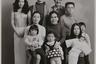 Этот семейный портрет Фукасэ повторил в 1987 году — через год после смерти отца. На снимке глава семейства представлен в виде полноразмерного портрета с черными ленточками.