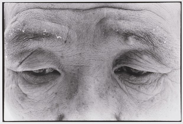 Серия «Воспоминания об отце» вылилась в фотокнигу, в которой автопортреты Фукасэ чередовались со снимками из семейного архива. Альбом представляет собой визуальную биографию его отца. На этом фото он запечатлен за год до смерти, в 1986 году.