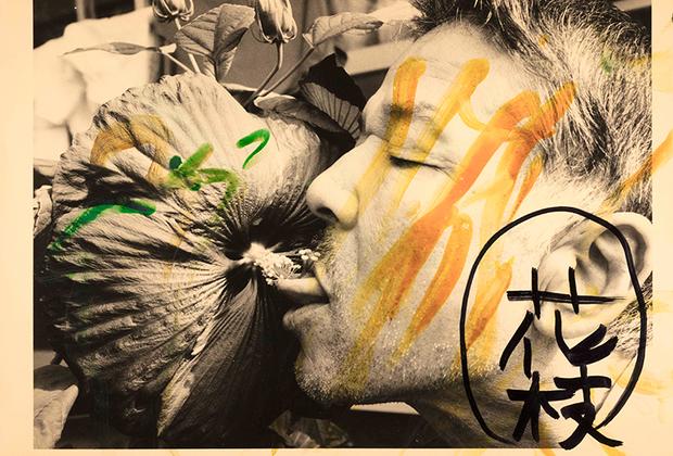 Фотографии из серии «Лизание» (Berobero) отсылают к привычке Фукасэ лизать окружающие предметы и даже языки других людей.