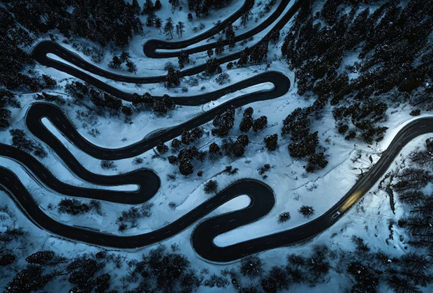 Сделанная с помощью коптера фотография серпантина на перевале Малойя, что в Швейцарии. Автор снимка— австриец Штефан Талерформ — заявил его в категории «Рукотворная окружающая среда».