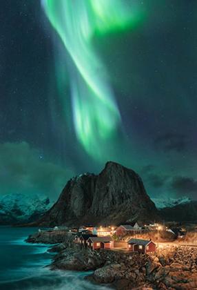 Естественно, не обошлось без северного сияния. Мадс Петер Иверсен сделал этот кадр ночного неба на расположенных в Заполярье норвежских Лофотенских островах.