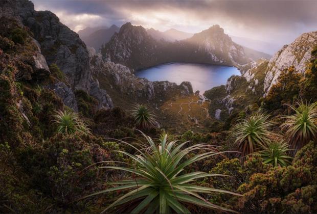 Дилан То нашел выступ, с которого открывается идеальный панорамный вид на озеро Оберон в Тасмании. Снимок был заявлен в категории «Открытый пейзаж».
