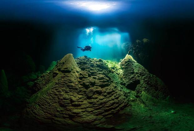 Марсиу Кабрал сделал этот подводный снимок в Анумаш Абисс, что в бразильском муниципалитете Бониту. Это место очень популярно среди дайверов из-за кристально чистой воды и известняковых скал.