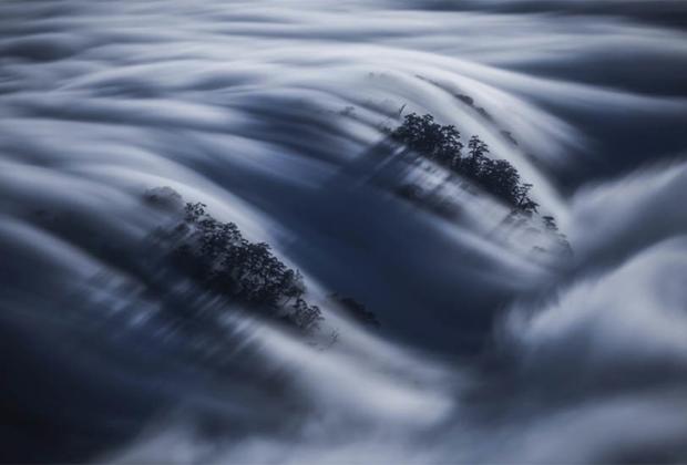 Фотография «Волна облаков» сделана на острове Тайвань Кельвином Юэнем. Она заняла первое место в любительской категории.