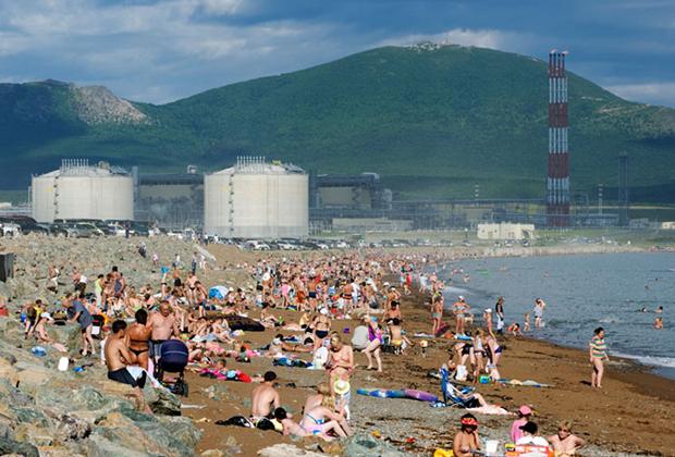Легендарный пляж в Пригородном: толпы отдыхающих, парковка машин в непосредственной близости, СПГ-терминал рядом и танкеры на рейде — что еще надо для хорошего отдыха?