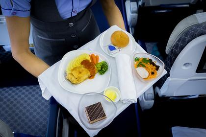 Названы авиакомпании с лучшей и худшей едой на борту