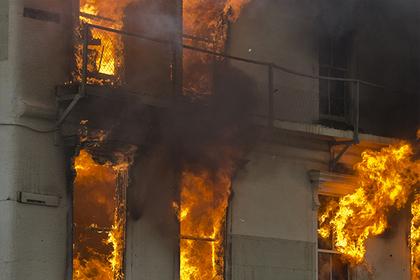 Прохожий поймал брошенного из горящего дома ребенка