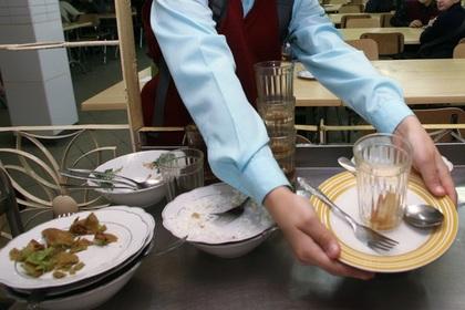 Омские школьники отжали грязные тряпки в чай и заинтересовали прокуроров