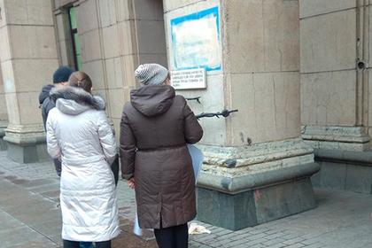 Бездомного петербуржца задержали за порчу блокадной надписи