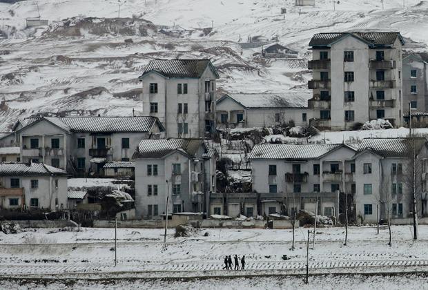 В пределах ДМЗ есть два населенных пункта, созданных после объявления перемирия. Со стороны Южной Кореи это Тэсондон, известный также как «деревня Свободы», с северокорейской — Киджондон, «деревня Мира». Тем, кто находится в южнокорейской деревне больше восьми месяцев в году, полагаются льготы и освобождение от службы в армии. В то же время жизнь в таком населенном пункте накладывает множество ограничений: там есть и перекличка, и комендантский час. <br><br> Северокорейский Киджондон считается «деревней пропаганды»: построена она была как роскошная, с электричеством, но вот включался свет всегда в одно и то же время и в одних и тех же местах. На улицах вместо 200 заявленных семей были замечены только солдаты и женщины-уборщицы, моющие окна. Позже с помощью мощной оптической техники было доказано, что во многих домах нет даже внутренних помещений— это просто красивые бетонные коробки.