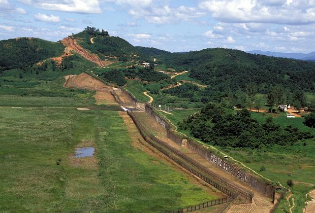 Еще один конфликт произошел в 1976 году, сейчас он известен как «инцидент с убийством топором» или «инцидент с обрезкой дерева». 18 августа того года южнокорейцы совместно с американцами решили обрезать ветви дерева на южной части рядом с демаркационной линией: летом они сильно загораживали обзор. Уже после начала работ северокорейцы внезапно потребовали их прекратить, а после отказа отобрали у работников топоры и напали с ними на американцев. Два военных погибли, многие были ранены. <br><br> Через несколько дней Южная Корея и США провели быструю показательную операцию по вырубке того самого дерева. В ней участвовало несколько сотен военных, над зоной показательно кружили вертолеты, истребители и бомбардировщики. От дерева остался шестиметровый пень, на месте которого позже поставили памятник.