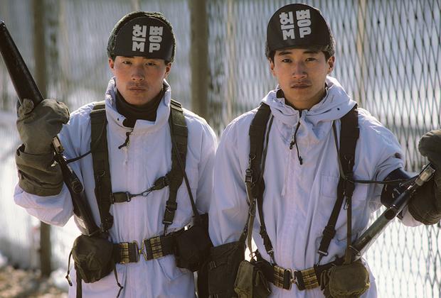 По утверждению КНДР, в 1977-1979 годах Южная Корея с помощью США построила бетонную стену вдоль границы, чтобы препятствовать перемещению граждан. Представители Северной Кореи отмечали, что стена тщательно замаскирована и прерывается лишь в районе Пханмунджома. Высота ее составляет около пяти метров, ширина у основания— 10-19 метров, в верхней части— три-семь метров. Сообщалось также, что она присыпана землей и практически не видна с южной стороны. <br><br> Сеул и Вашингтон утверждают, что никакой стены никто не строил, а вдоль границы есть лишь противотанковая защита, да и то не на всей ее протяженности. В подтверждение Южная Корея даже демонстрировала участки этих заграждений журналистам.