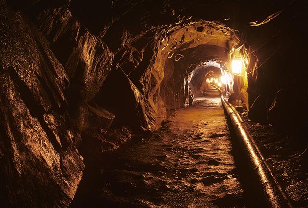 С 1974 года южнокорейцы начали находить тоннели, начинающиеся в КНДР и ведущие на Юг. Их прокладывали под демилитаризованной зоной, через гранитную породу. Северная Корея утверждала, что они предназначались для добычи угля, однако залежей угля там не нашли. Предполагается, что строили их для военного вторжения. <br><br> Первый тоннель протянулся более чем на километр на юг от линии разграничения, был шириной примерно метр, с проложенным  электричеством для освещения. В нем нашли рельсы с тележкой, спальные места и хранилища оружия. Второй обнаружили в 1975-м— аналогичной длины, но уже примерно два метра в ширину. <br><br> Третий, еще более длинный тоннель, нашли еще через три года. О нем рассказал один из северокорейских перебежчиков. Четвертый тоннель обнаружили в 1990 году, по способу постройки он был идентичен второму и третьему. Сейчас эти тоннели можно посетить с экскурсией. В целом за полвека нашли пару десятков различных подземных ходов, ведущих с Севера на Юг.