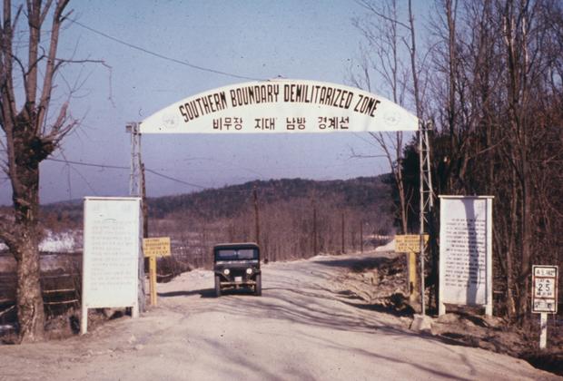 К тому моменту от идеи объединения территорий, несмотря на разные идеологии, ни одна из стран не отказалась, что в итоге привело к Корейской войне, длившейся с 1950-го по 1953 год. По ее итогам 27 июля 1953 года было подписано соглашение о перемирии (но не о мире), Север и Юг были разделены демилитаризованной зоной, немного сдвинувшейся от изначальной границы. Официально две Кореи до сих пор находятся в состоянии войны.