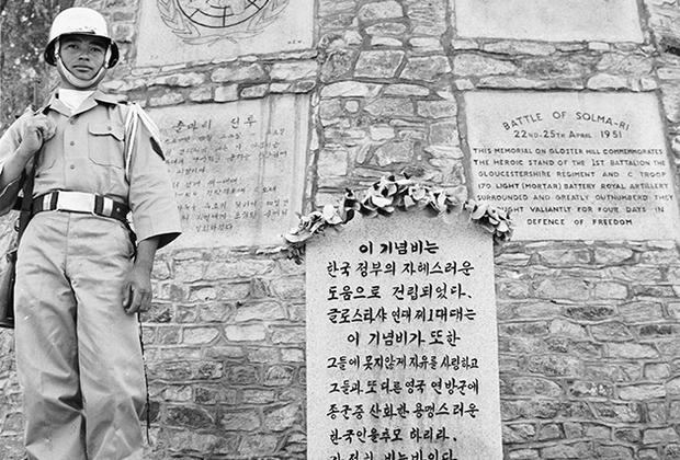По окончании Второй мировой войны территория Кореи, до этого находившейся под властью Японии, была поделена США и СССР на две части— ровно по 38-й параллели. После создания Республики Корея 15 августа 1948 года на юге и Корейской Народно-Демократической Республики 9 сентября того же года на севере эта параллель стала фактической международной границей.