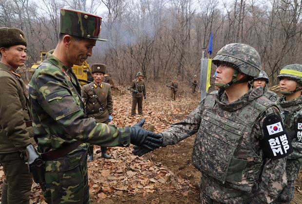 Следующим шагом стороны намереваются открыть обе стороны Пханмунджома для организованных туристических экскурсий. Сделать это планируют еще до конца года. Также начинается совместный проект по поиску и передаче останков погибших на территории нынешней ДМЗ в ходе Корейской войны. <br><br> Подобными подвижками крайне обеспокоены другие страны, которым важнее ядерное разоружение КНДР. Впрочем, Южная Корея успокаивает: экономическое сотрудничество особо развивать пока не будут, а хорошие внутрикорейские отношения должны помочь и в вопросах денуклеаризации.
