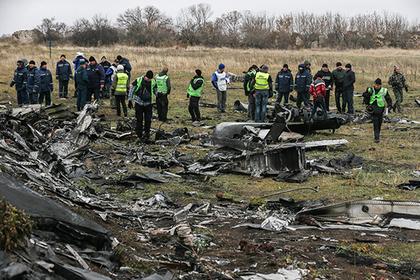 Погрузка обломков разбившегося под Донецком Boeing 777 для отправки в Нидерланды