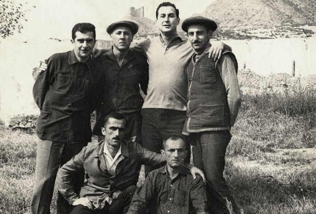 Джаба Иоселиани (третий слева, в верхнем ряду) в компании осужденных. 1960 год, Грузия, ИТК-39