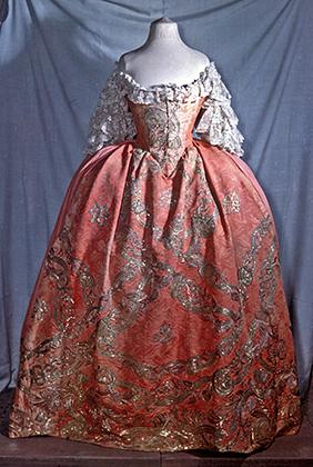 Женское платье середины XVIII века. Реконструкция. Оригинальное платье, по имеющимся данным, принадлежало императрице Елизавете Петровне Романовой (1709-1761).