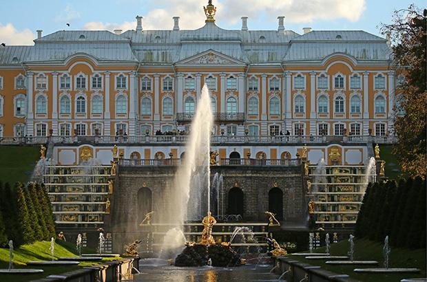 Петергоф с его огромным парком, фонтанами и морскими воротами как нельзя лучше подходил для многодневных празднеств с балами, маскарадами и фейерверками.