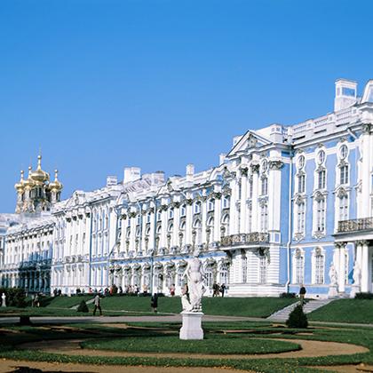 Первой Царское Село в качестве своей летней резиденции выбрала Екатерина I, но помпезный Екатерининский дворец был построен именно во время правления ее дочери Елизаветы Петровны.