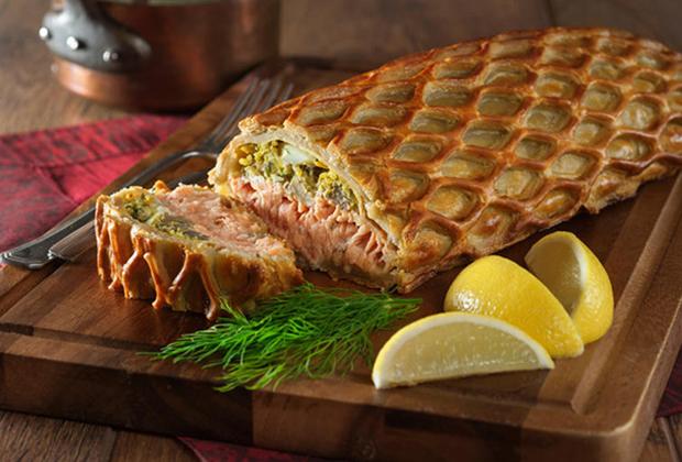 Елизавета Петровна любила не только экзотические французские блюда, но, как и ее отец, жаловала простые русские блюда. Одним из ее любимых блюд была кулебяка. На фото: кулебяка с рыбой.
