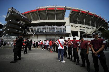 Болельщики напали на автобус с футболистами и сорвали финал Кубка Либертадорес