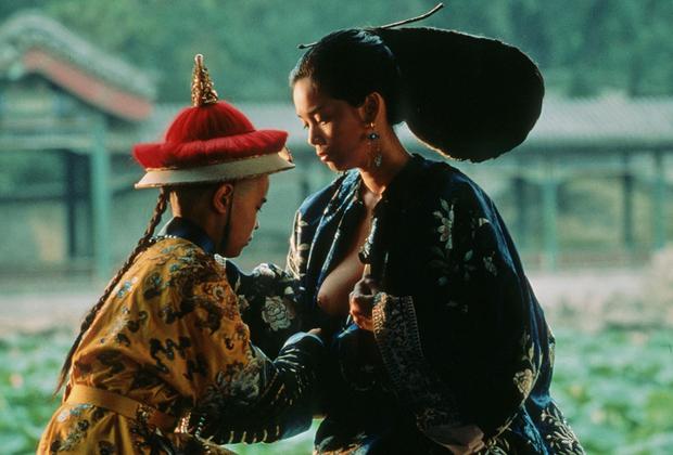 Получив мировое признание благодаря лентам «Конформист» и «Последнее танго в Париже», Бертолуччи переключился с Европы на Восток. «Последний император», историко-биографическая картина о последнем императоре Китая Пу И, вышла в 1987 году.  Фильм получил премию «Оскар» в девяти номинациях, включая «Лучший фильм», «Лучший режиссер» и «Лучший адаптированный сценарий».