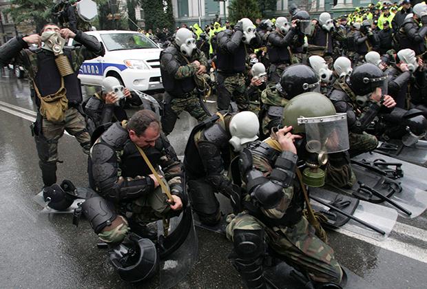 Полиция в Тбилиси готовится к разгону демонстрантов, протестующих против политики Михаила Саакашвили. 2007 год