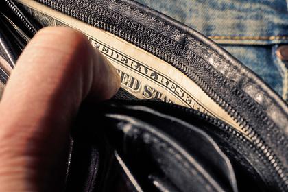 Незнакомец вернул потерянный кошелек и подложил туда денег