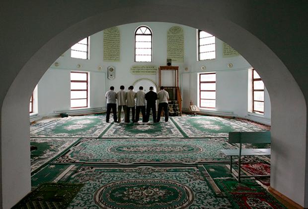 Ваххабиты во время намаза в мечети