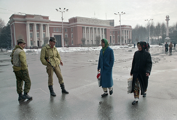 Охрана у здания парламента Таджикистана, 4 февраля 1995 года