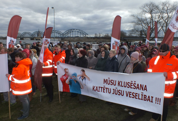 Пикет латвийских медиков во время проведения встречи министров здравоохранения Евросоюза