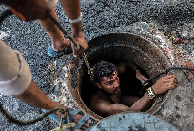 Джони не повезло родиться в семье далитов, или так называемых «неприкасаемых», — представителей низшей касты в Индии, которые занимаются самой грязной работой и терпят предвзятое отношение окружающих. Неприкасаемые не имеют права общаться с представителями более высоких каст и даже касаться их вещей. Несмотря на то что дискриминация по кастовому признаку официально запрещена в Индии, членов низших каст могут избить или даже убить за нарушение установленных порядков.