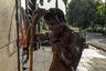 Надсмотрщик за чистильщиками Ратендер Джахан признался, что многие его подопечные страдают от проблем со зрением, респираторных и кожных заболеваний.