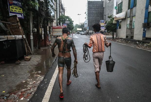 Работа чистильщика канализации не только неприятна, но и опасна. По данным правительства, начиная с 2017 года каждые пять дней во время работы умирает один человек. С 2008 по 2018 год в канализации погибли 573 чистильщика.