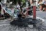 Во многих городах Индии канализация объединена с ливневыми стоками. Во время сезона дождей они засоряются, и чистильщикам приходится выгребать свалившийся в них мусор. Также люди нередко сбрасывают в канализацию твердые отходы: использованные подгузники, прокладки и презервативы. Они соединяются в ком, который приходится разбивать молотками.
