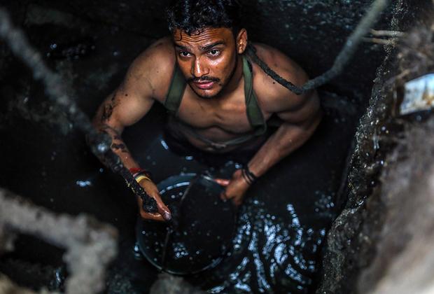 Джони 26 лет. Он живет в городе Газиабад, штат Уттар-Прадеш, и работает далеко не на самой престижной работе — каждый день ему приходится лезть в канализацию и чистить ее. Такую профессию он не выбирал — у него просто не было альтернативы.