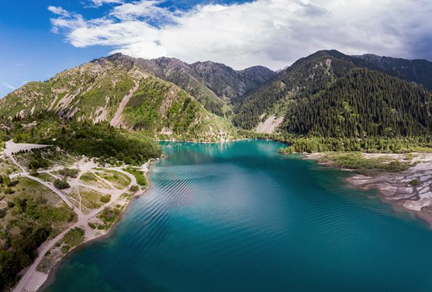 Горное озеро Иссык близь Алматы. Первое, что спросят у приезжего местные: «Брат, ты на Иссык наш ездил?»