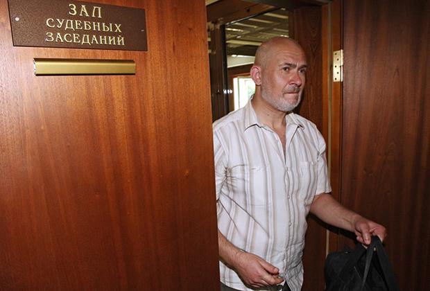 Бывший сотрудник милиции Владимир Белашев, обвиняемый в подрыве памятника императору Николаю II в Мытищах в 1997 году, после окончания заседания в Московском городском суде, 2010 год